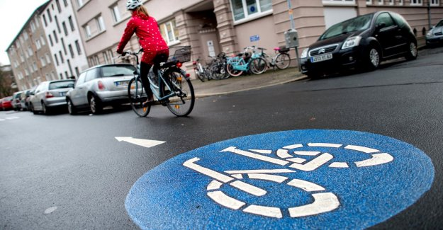 City traffic: Who has the right of way on a Bicycle road?