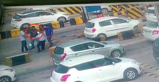 Driver goes berserk: Sends the guard dead in the ground