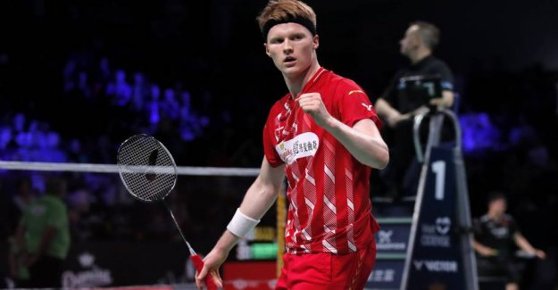 Anders Antonsen smashing easy advance in China