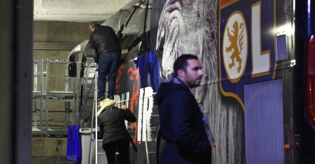 Marseille-fans smashing windows in Lyon-bus