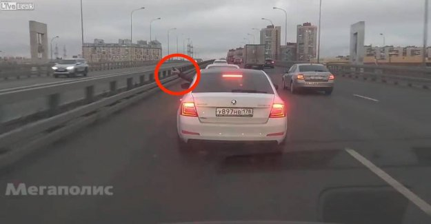 Motorist throws the grenade in the middle of the highway