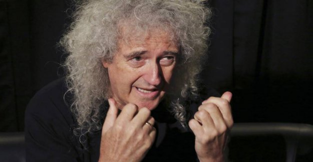 See Brian May go riot on the photographer