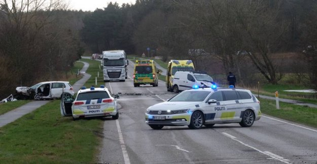 The road was blocked: Two cars ran together head-on