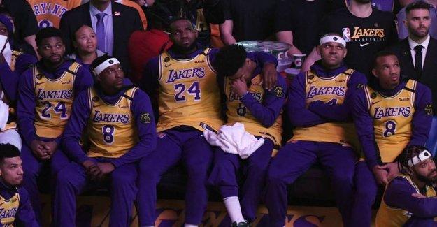 Watch teammates pay tribute to Kobe
