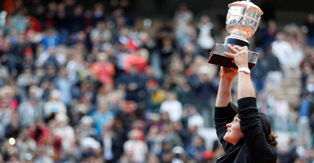 French Open-closes, Moves the tournament