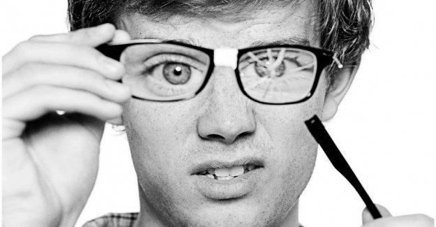 Man crush of the insurance company in eyewear-war