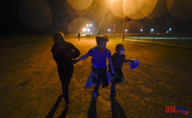 As more migrants arrive, they spend many weeks in US shelters