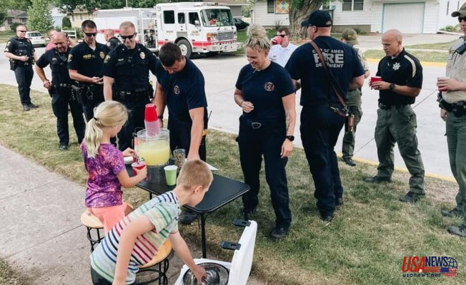Police and the community intervene after a thief takes twins' lemonade stand tip container