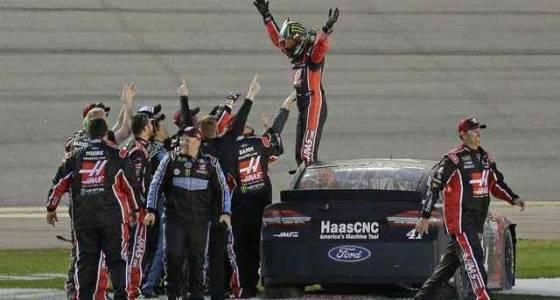 Kurt Busch makes last-lap pass to win Daytona 500