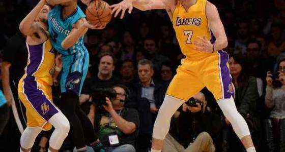 Lakers shrink in crunch time in 109-104 loss to Hornets
