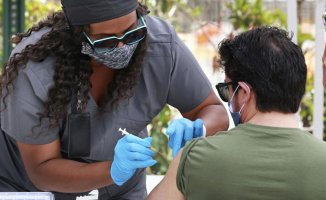 US hitting Supporting milestones on virus deaths along with shots