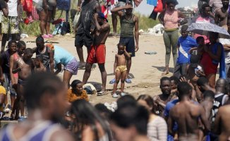 US closes part Texas border and begins flying Haitians home