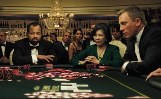 How many people are allowed on a live casino table?