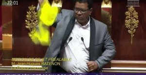 The member BIA of The Meeting holds up a yellow jacket in the tribune of the Assembly