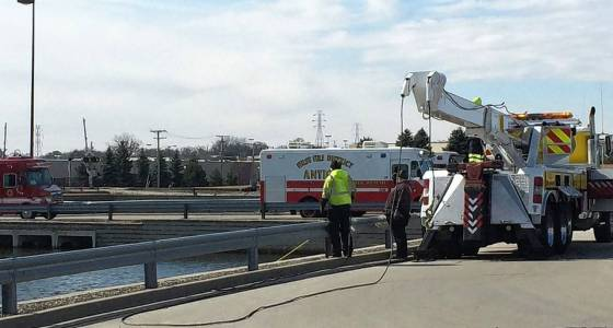 Divers pull vehicle from Round Lake Beach retention pond