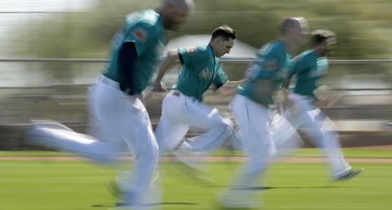 Mariners pitchers, catchers take field for spring training