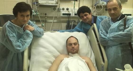 'Poisoned' Russian opposition activist leaves hospital for treatment abroad