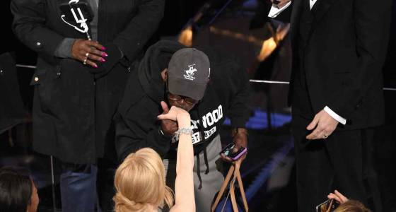 Tourists crash Oscars 2017, get gifts and Denzel Washington's blessings